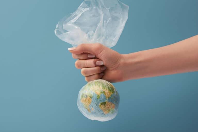 Műanyagba burkolt föld - A világon legtöbbet szemetelő cég