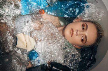 Etikus Divat cikk fotó - Nő szeméttel öltöztetve