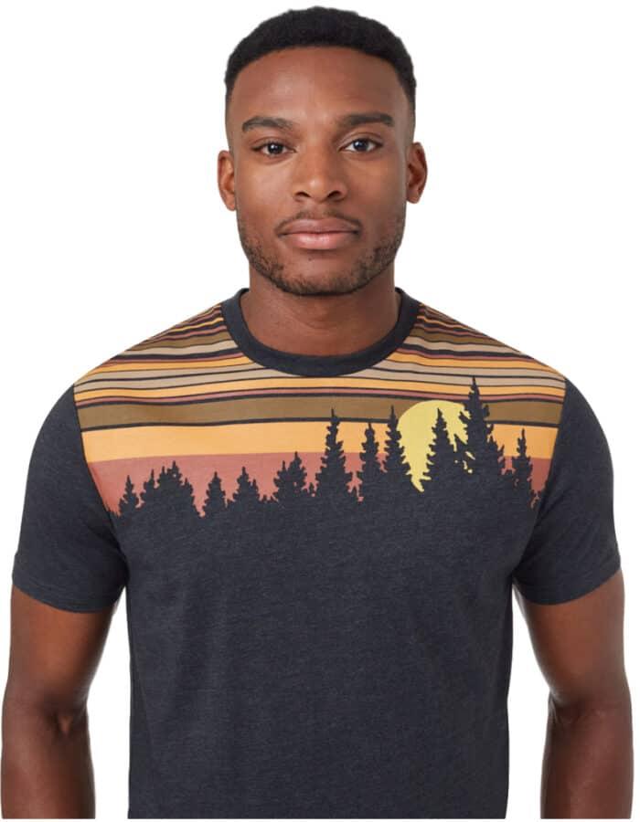 Retro Juniper férfi póló közeli kép modellen