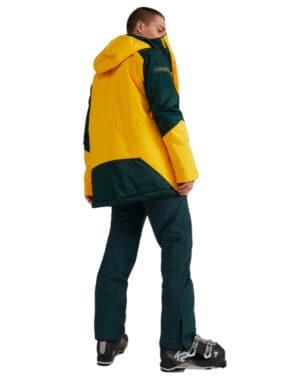 Shred férfi síkabát modellen hátulról, teljes alakos