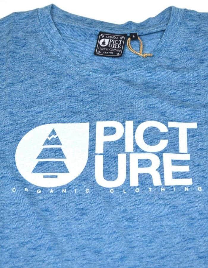 Kék Basement póló mellkasán lévő logőval