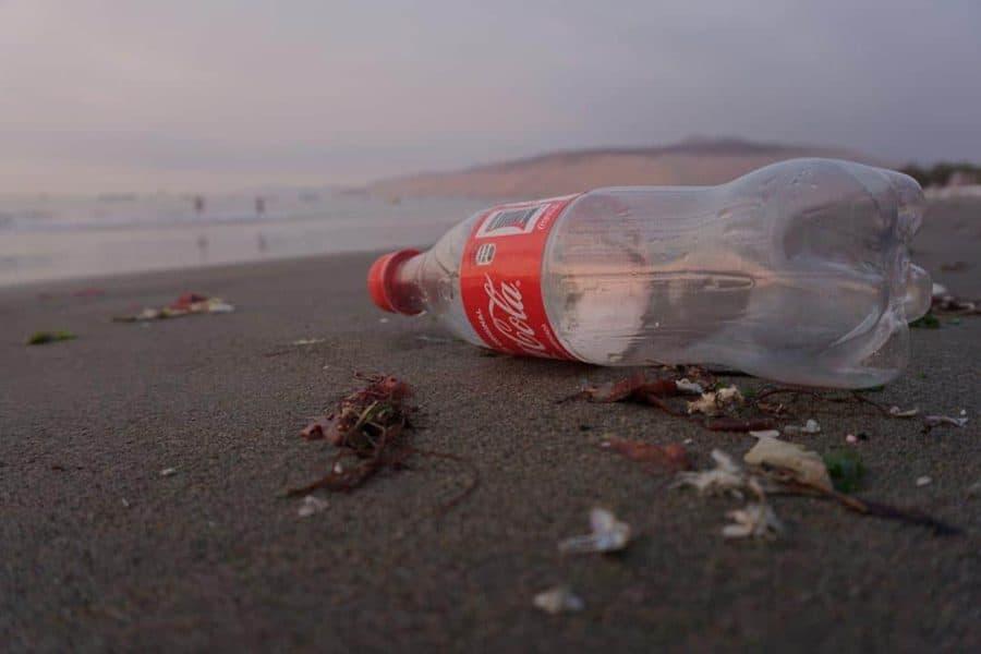 Kidobott Coca Cola palack a parton