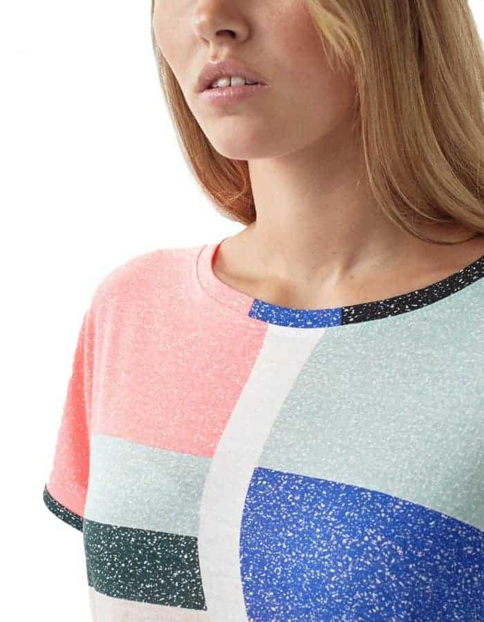 Abstract biopamut női póló - közeli - modellen